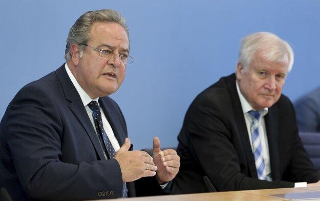 Horst Seehofer, vpravo, a Dieter Romann na tlačovej konferencii.