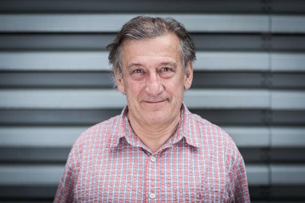 Profesor John Nabelek (67) pôsobí na Oregonskej štátnej univerzite. Venuje sa geológii, geofyzike a seizmológii. Skúma hlavne procesy veľkých zemetrasení, či ako zlomy ovplyvňujú zemetrasenia.