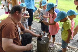 Deti si mohli vyraziť vlastné keltské mince z cínu.
