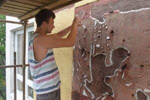 Reštaurátor Viktor Kutný opravuje omietku na časti mozaiky z roku 1963 autorky Herty Vicctorin Ondrušovej.