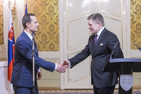 Expremiérovi Robertovi Ficovi pri skladaní vlády v roku 2016 neprekážalo, že vtedajší líder Siete Radoslav Procházka fajčil marihuanu.