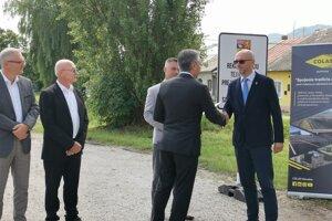 Župan Trnka odovzdáva rekonštrukciu cesty zhotoviteľovi.