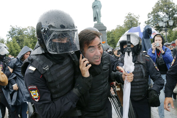 Polícia na proteste opäť zatýkala.