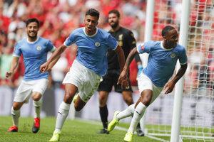 Raheem Sterling (vpravo) po strelenom góle v zápase anglického superpohára Community Shield FC Liverpool - Manchester City.