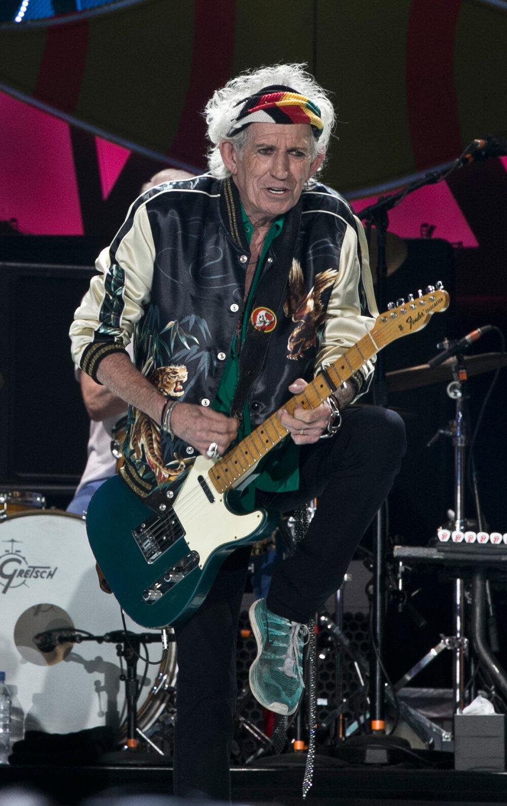 Keith Richards predvádza svoje gitarové sólo.