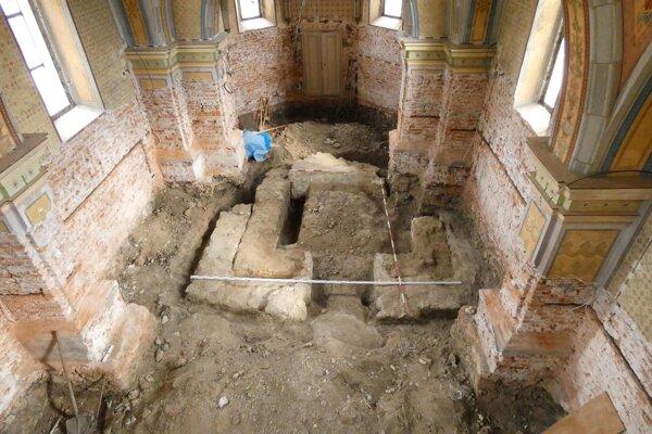 Rekonštrukcia kostola odhalila múry bývalej zvonice.