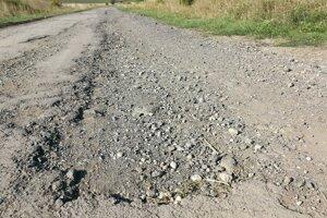 Prejazdom motoristi riskujú defekt.