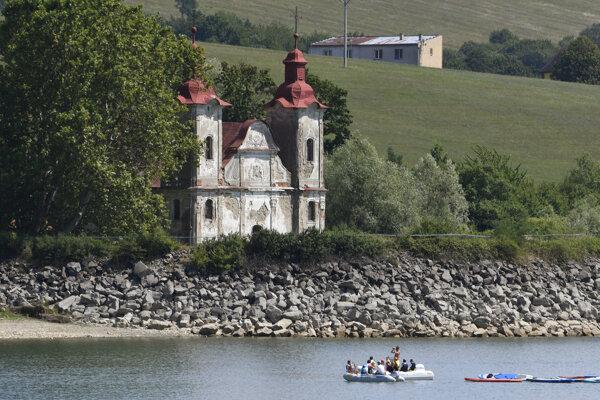 Kostol sv. Štefana – kráľa, pozostatok obce Kelča zatopenej priehradou Domaša.