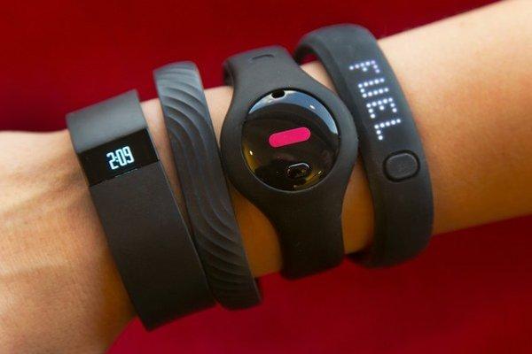 Na zápästia sa po fitnáramkoch tlačia  aj inteligentné hodinky.