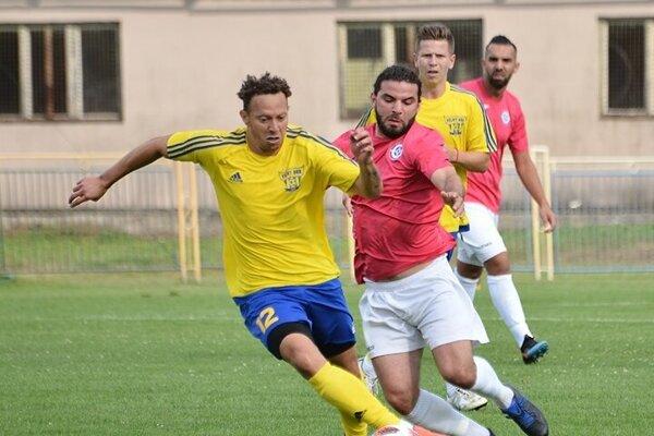 Hráči Veľkého Ďura (v žltých dresoch) vyhrali v Kolárove.