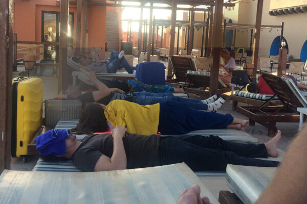 Ubytovanie sa neušlo každému, zvyšok musel na odlet čakať na ležadlách pri hotelovom bazéne.