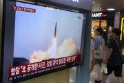 Prenos z testu rakiet KĽDR na monitore v Soule.