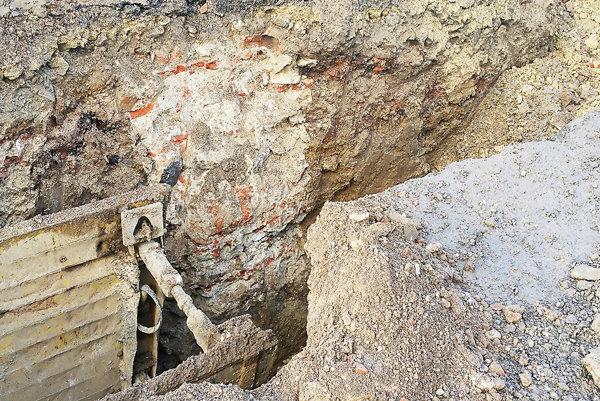 Fotografie z nálezov na námestí v Ilave.