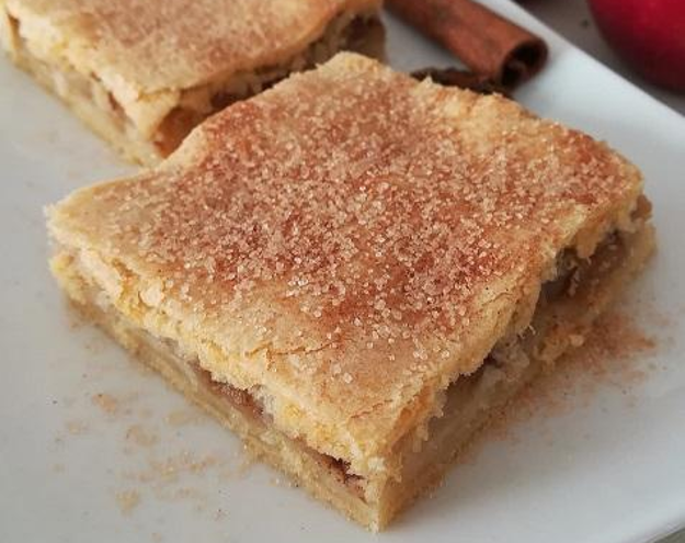 Jablkovo-škoricový koláč s hnedým cukrom