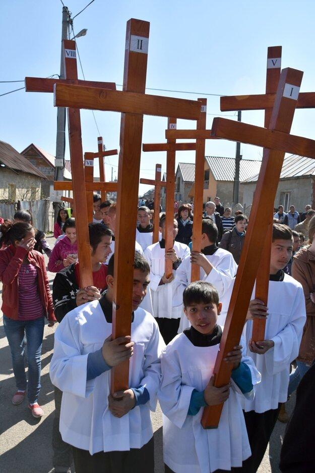 V osade sa krížovej cesty zúčastnili desiatky mladých ľudí a detí.
