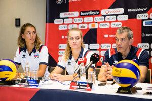 Reprezentačný tréner slovenských volejbalistiek Marco Fenoglio spolu s Nikolou Radosovou (vľavo) a Barborou Kosekovou.