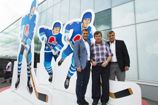Anton, Marián a Peter Šťastný pri novej soche v Quebecu.
