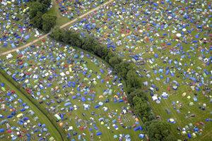 Každý desiaty návštevník britského festivalu po sebe nechá stan.