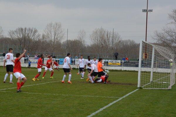 Djiby Ba strieľa jediný gól stretnutia.