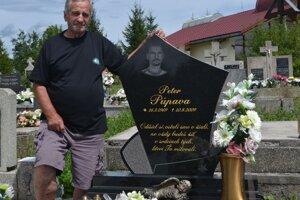 Ján Púpava pri hrobe svojho synovca Petra.