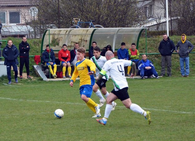 S loptou Tomáš Bednár (v žltom), v pozadí lavička Nevidzian.
