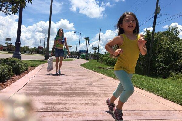 Ilustračné foto je z filmu The Florida Project (2017) o problémoch slobodnej matky v USA - na snímke sú Bria Vinaite a Brooklynn Prince.
