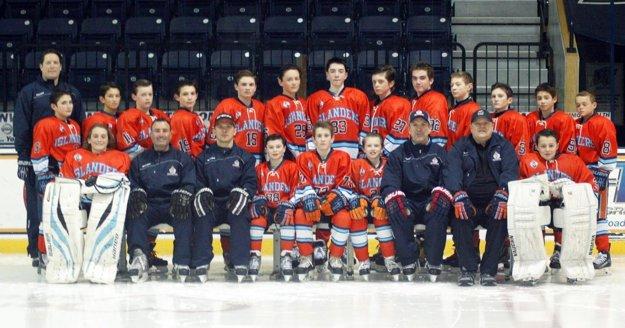 Družstvo Islanders Hockey Club U13 z mesta North Andover. Dolu sedí tretí zľava hlavný tréner Alexander Molnár, vpravo jeho dvaja asistenti, bratia Tom a Scott Fitzgeraldovci.