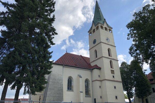 Murovaný farský kostol je umiestnený v strede mesta.