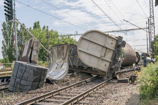 """Náhradnej dopravy sme si """"užili"""" nedávno, keď sa vykoľajil vlak v Trnovci nad Váhom."""