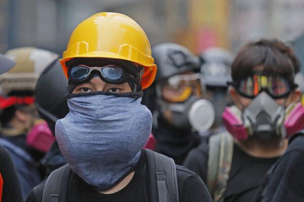 Konflikt medzi Pekingom a demonštrantami v Hongkongu zasiahol aj leteckú spoločnosť.