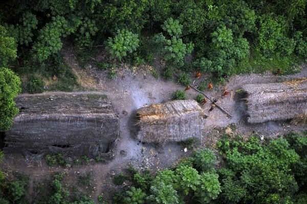 Prales na hraniciach Peru a Brazílie ukrýva asi 70 pôvodných, stále nekontaktovaných kmeňov. Jeden sa izoláciu rozhodol prerušiť.