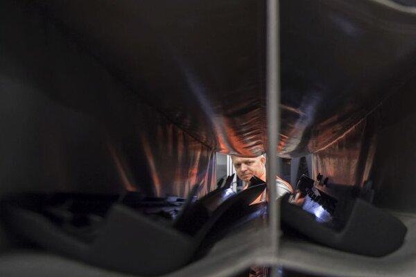 Expremiér Robert Fico počas nočnej zmeny v priestoroch spoločnosti IAC Group /Slovakia/ s.r.o v noci v sobotu 25. novembra 2017 v Lozorne.