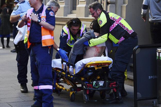Napadnutú ženu previezli do nemocnice.