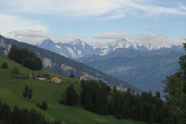 Výhľad z terasy. Zľava Eiger, Monch a Jungfrau.