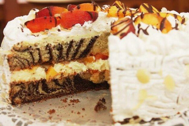 Mramorová torta s čerstvými broskyňami