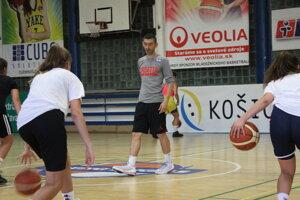 Dejan Koronsovac pomáha s trénovaním mládeže v akadémii Young Angels Košice.