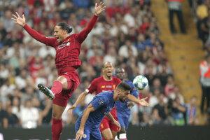 Virgil van Dijk (hore) v súboji Olivierom Giroudom v zápase Superpohára UEFA medzi FC Liverpool - Chelsea Londýn.