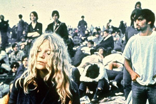 Od umelcov zazneli protivojnové songy, v dave viali transparenty proti vojne vo Vietname.