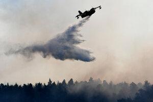 Hasiť požiar pomáhajú aj hasičské lietadlá Európskej únie.