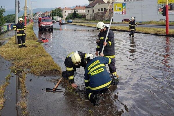 Zaplavené cesty počas silných dažďov nie sú v Ružomberku výnimočné.