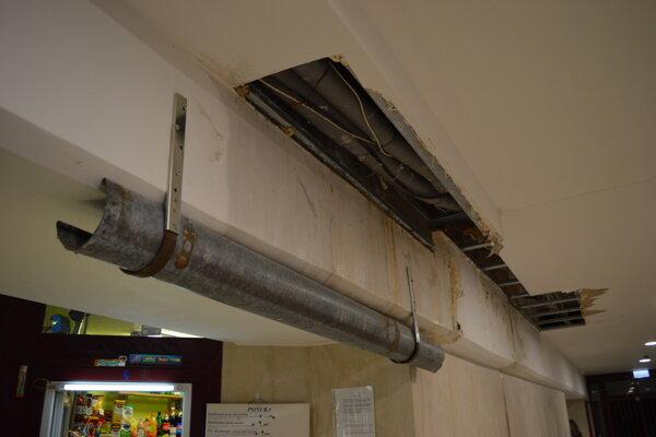 V podchode je už nainštalovaný aj odkvap. Stavbári podľa vyjadrenia mesta majú problémy s vodou vyriešiť do konca augusta.