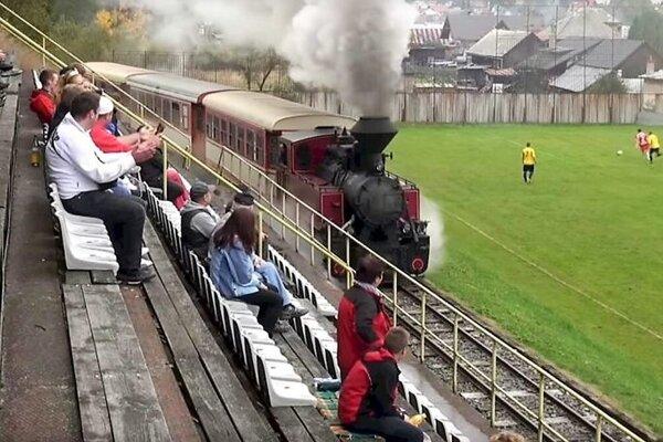 Hru v Čiernom Balogu musia občas prerušiť. To vtedy, keď popod tribúnu prechádza parný vlak.