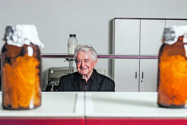 Prof. RNDr. Ladislav Kováč, DrSc. (82). Slovenský biochemik, kognitívny vedec, učiteľ a prvý ponovembrový minister školstva. Bol svetovým priekopníkom výskumu mitochondrií v kvasinkách. Neskôr pôsobil v Slovenskej akadémii vied a na Univerzite Komenského.