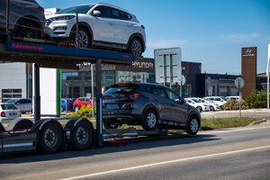 Skladanie nových áut z kamióna.