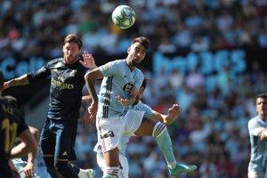 Sergio Ramos v hlavičkovom súboji.