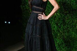 Krásna Demi Moorová v čiernych šatách