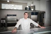 Yoann Messelmi cesto na croissanty vaľká priamo vo výklade.