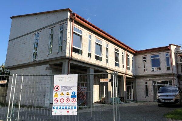 Prístavba budovy Podduklianskeho osvetového strediska vo Svidníku pred dokončením.