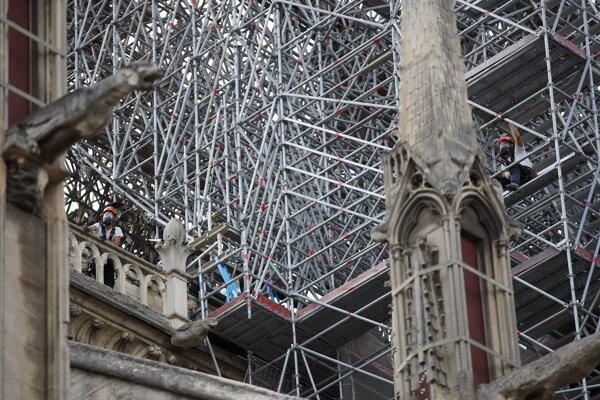 Katedrále stále hrozí zrútenie.