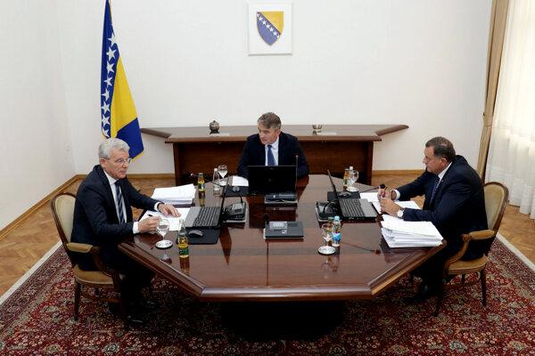 Členovia tripartity v Bosne a Hercegovine. Zľava zástupca muslimov Sefik Dzaferovič, líder Chorvátov Željko Komsič a Milorad Dodi zastupujúci Srbov.